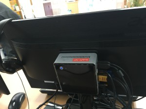 コンパクトPCをモニタ背面に設置